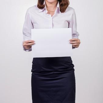 Donna di affari che mostra libro bianco in bianco.