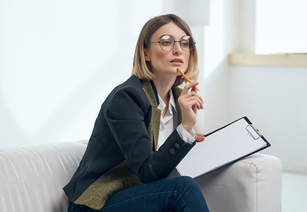 Donna di affari che si siede nei documenti professionali dell'ufficio di lavoro della sedia. foto di alta qualità