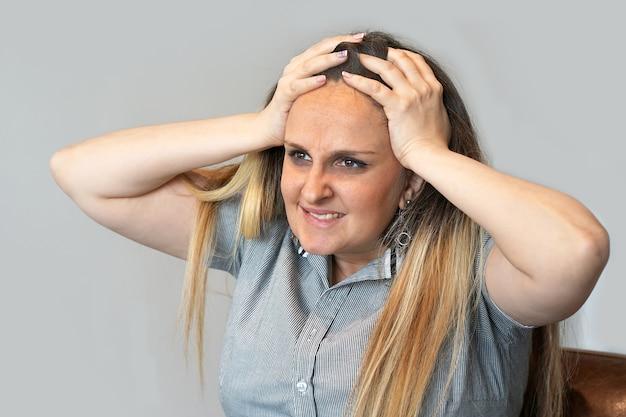 Ritratto di stress della donna di affari. stress, donna stressata che sta impazzendo