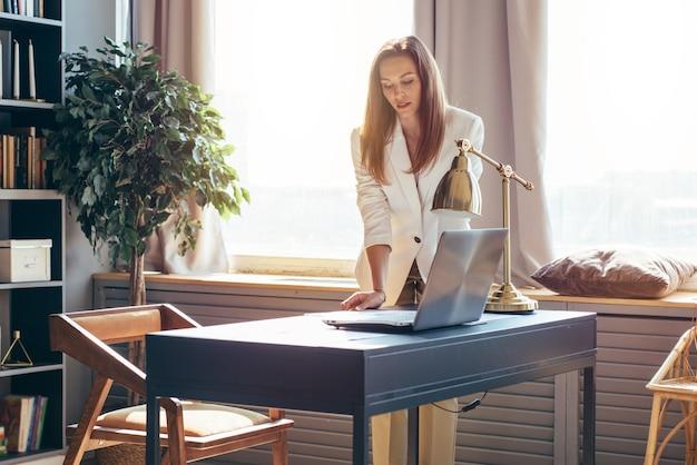 La donna d'affari prende i documenti dal tavolo.