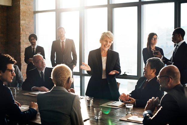 Donna d'affari che parla con i colleghi in una riunione