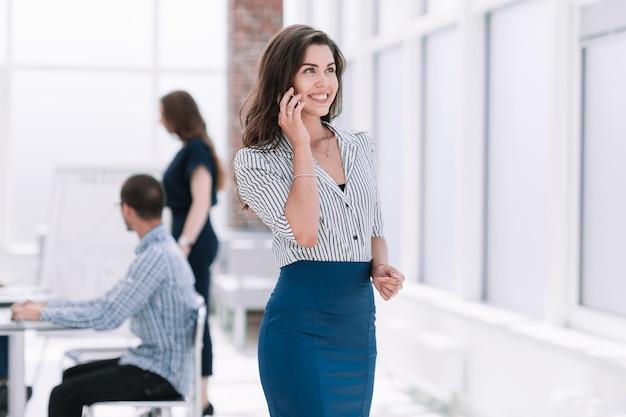 Donna d'affari parlando al telefono cellulare