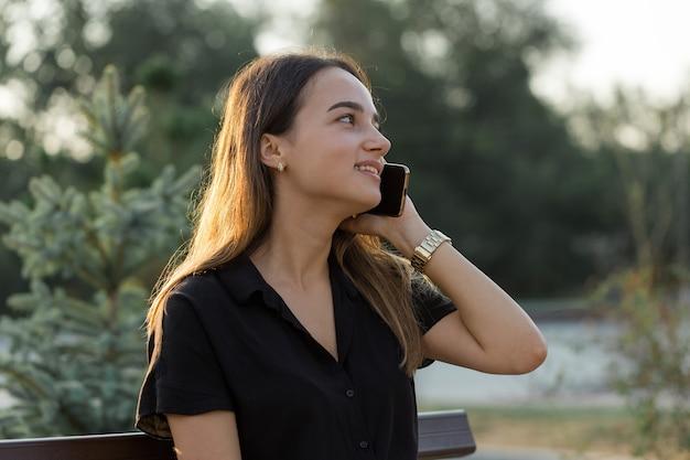 Donna d'affari che parla al telefono con i clienti. è ora di rilassarsi e prendere un caffè