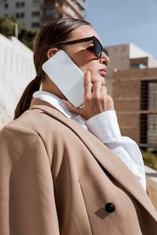 Donna di affari che comunica sul telefono
