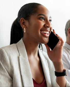 Donna d'affari che parla al telefono