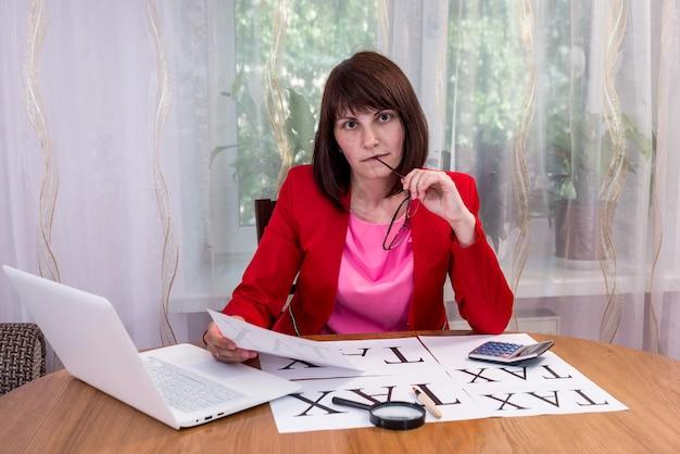 Donna di affari che pensa alla futura società di tassazione