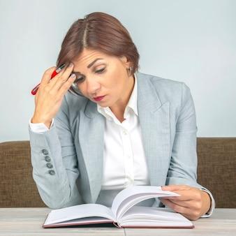 Donna d'affari stanca in ufficio e preoccupata nelle emozioni