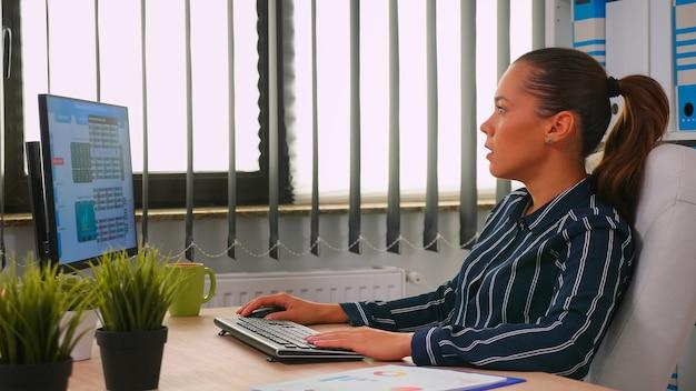 Donna di affari che digita sul computer nella stanza moderna dell'ufficio. imprenditore ispanico che lavora in un'area di lavoro professionale, in una società aziendale personale che scrive sulla tastiera del computer guardando il desktop
