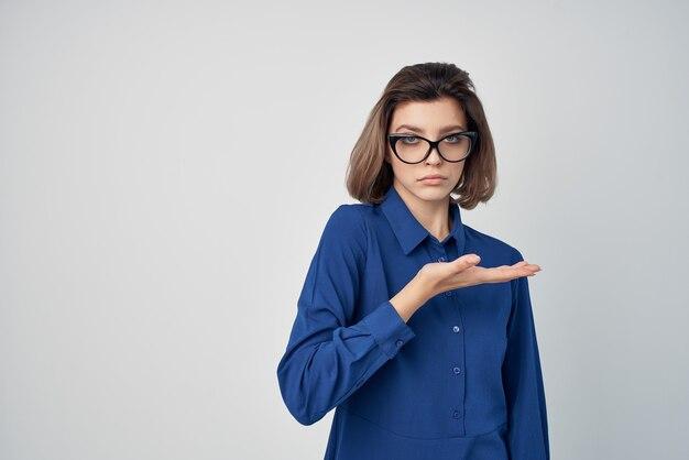 Donna d'affari con gli occhiali camicia blu moda stile elegante