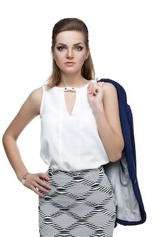 Donna d'affari su uno sfondo bianco. bella donna sexy con un rossetto naturale trucco da sera. glamour giovane donna con giacca blu. alla moda.