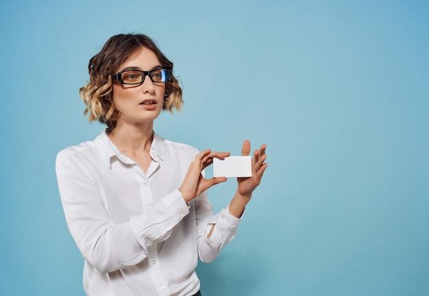 La donna di affari in camicia bianca documenta lo spazio della copia del biglietto da visita