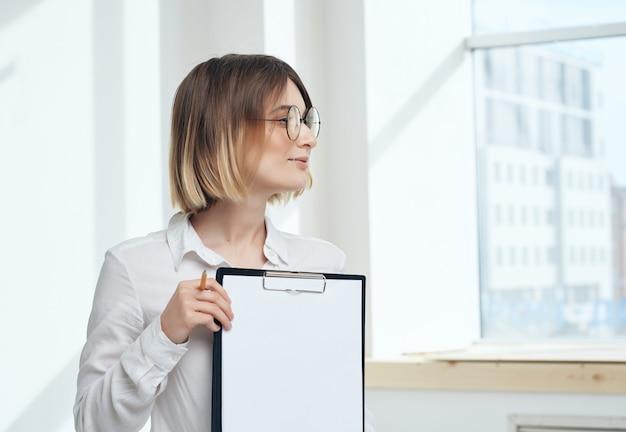 Donna d'affari in camicia bianca segretaria che lavora?
