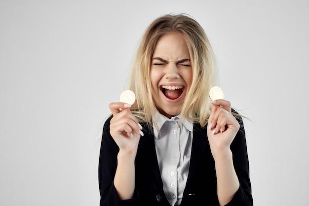 Donna d'affari con criptovaluta bitcoin e funzionario dell'economia finanziaria