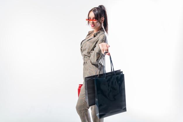 Donna d'affari con borse nere e rosse