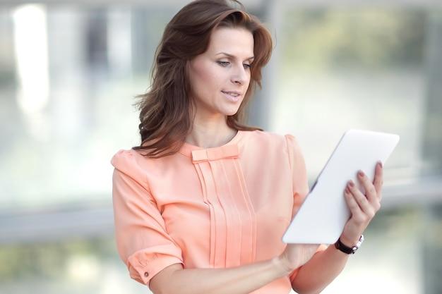 Donna d'affari con tavoletta digitale