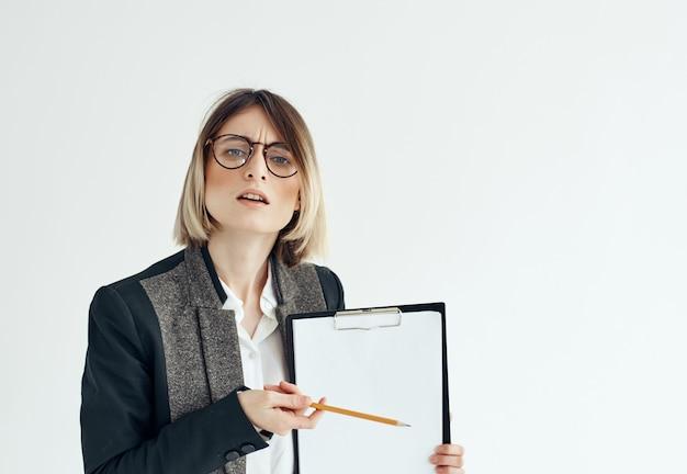 Donna di affari con la cartella nello spazio della copia del foglio bianco delle mani