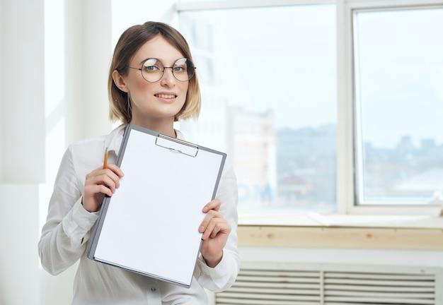 Donna d'affari con cartella segretaria che lavora nell'ufficio