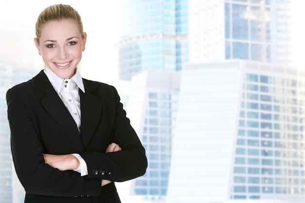 Donna d'affari con un moderno edificio in vetro