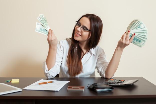 Donna d'affari con fan di soldi nelle mani