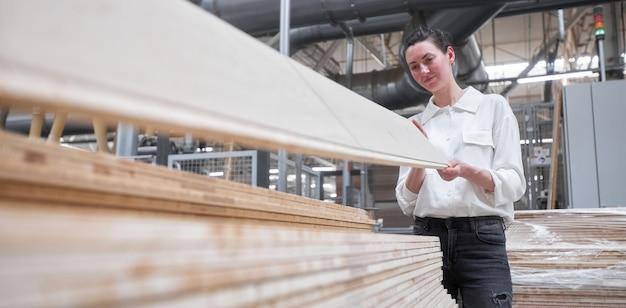 Lavoratrice di affari nella fabbrica di falegnameria utilizzando tablet pc. fabbrica di falegnameria. fabbrica per la produzione di listoni per parquet