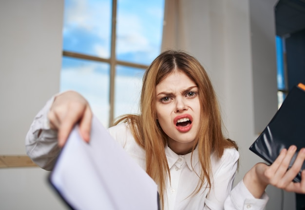 Documenti della scrivania di lavoro della donna di affari