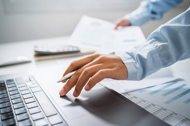 Donna d'affari che lavora nel settore finanziario e contabile analizza il budget finanziario in ufficio
