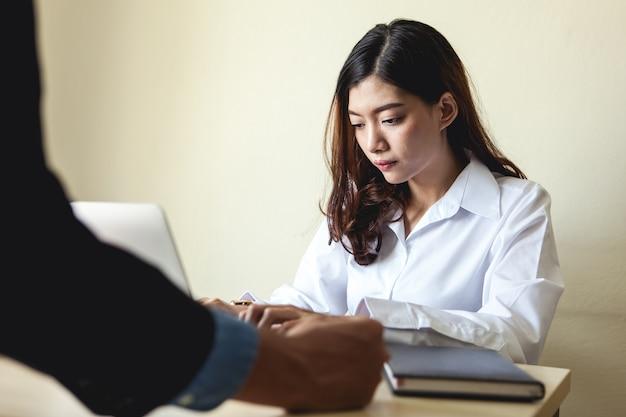 Donna d'affari che lavora da sola, errori e ritardi. Foto Premium