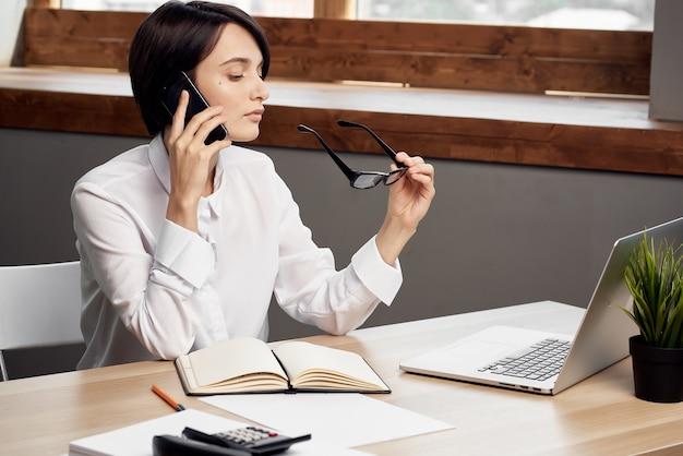 Donna di affari che lavora alla tavola davanti alla carriera dell'ufficio del computer portatile. foto di alta qualità