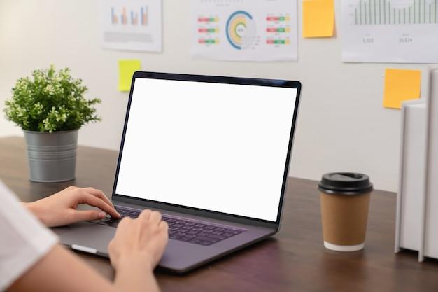 Mano di donne d'affari utilizzando laptop e digitare sulla tastiera.