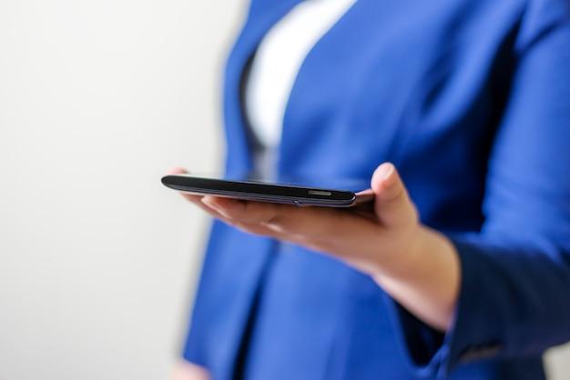 Donne d'affari con laptop su sfondo sfocato, concetto di rete di connessione persone tecnologiche
