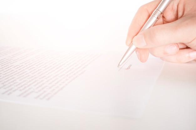 Lavoratore di affari che firma il contratto per concludere un affare