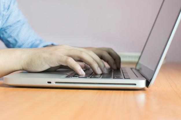 Affari che lavorano con dispositivi moderni, computer digitale e telefono cellulare