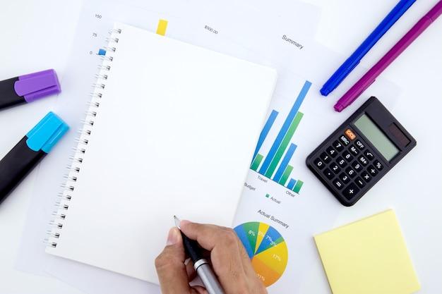 Documenti sul posto di lavoro di affari con grafici e notebook e diagramma.