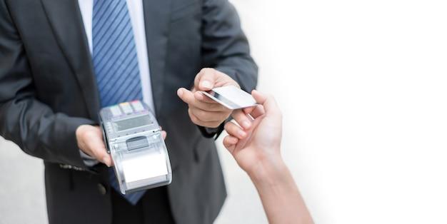 Uomo d'affari che accetta la carta di credito dal cliente pagando tramite stampante per ricevute