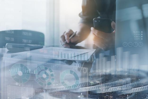 Uomo d'affari che analizza i dati di vendita con il rapporto del grafico finanziario
