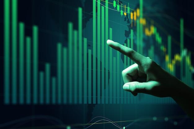 Uomo d'affari che analizza i dati finanziari del mercato azionario a bordo.