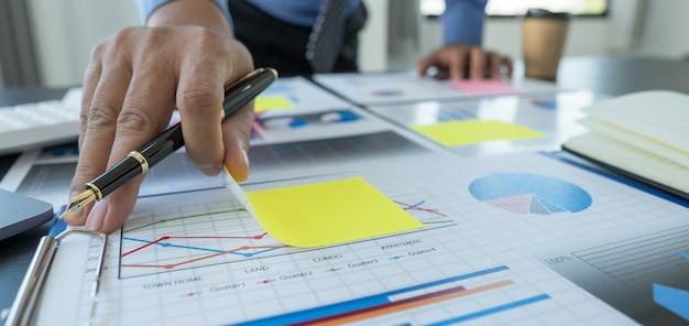 Grafico finanziario dell'analisi dell'uomo d'affari con il computer portatile in ufficio per la definizione degli obiettivi aziendali di gestione