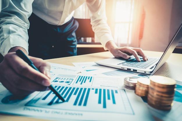 Imprenditore analizzare i dati delle ricerche di mercato azionario.