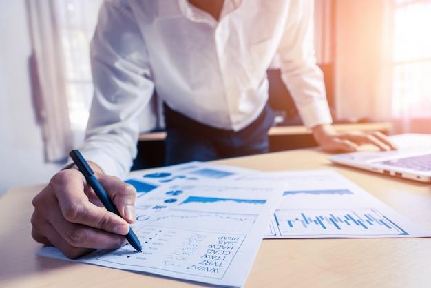 L'uomo d'affari analizza i dati di ricerca del mercato azionario.