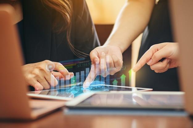 Uomo d'affari che analizza il rapporto finanziario dell'azienda con il grafico della realtà aumentata digitale ai