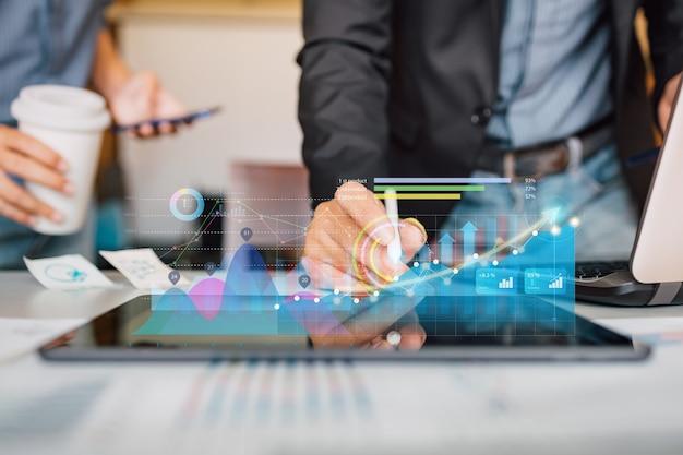 Uomo d'affari che analizza il rapporto finanziario dell'azienda con il grafico della realtà aumentata