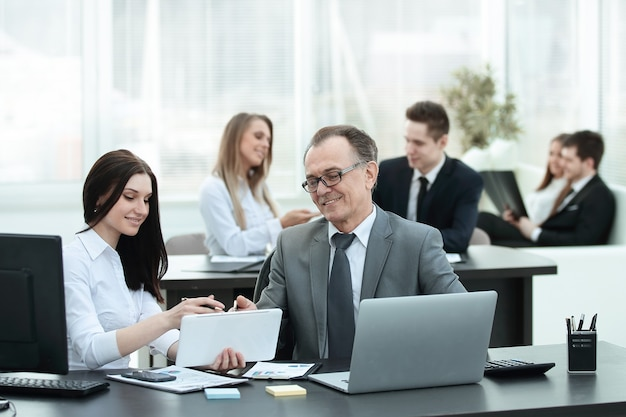 Uomo d'affari analizzando grafici di investimento, budget e reddito sul posto di lavoro