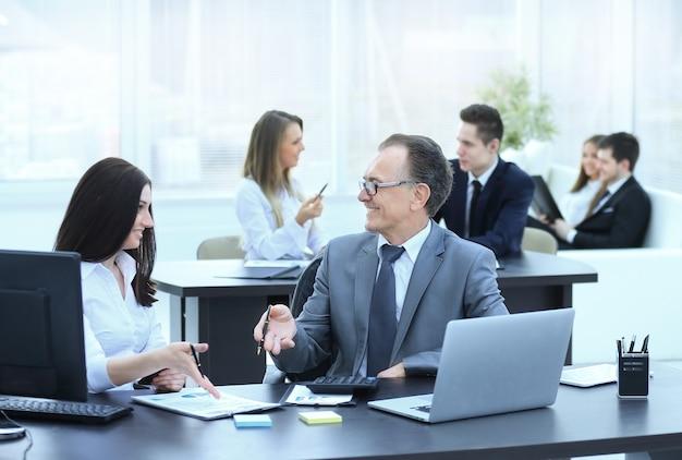 Imprenditore analizzando il budget di investimento e le tabelle di reddito sul posto di lavoro