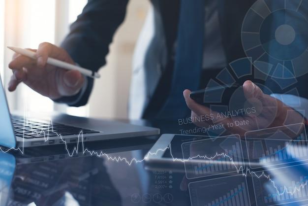 Uomo d'affari che analizza i dati di marketing con il diagramma di analisi sullo schermo virtuale