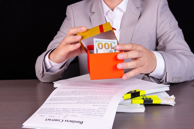 Imprenditore annunciando il pagamento del dividendo