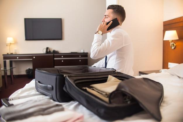 Uomo d'affari che arriva all'hotel