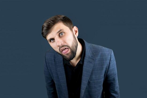 L'uomo d'affari con la tuta blu aprì la bocca e tirò fuori la lingua