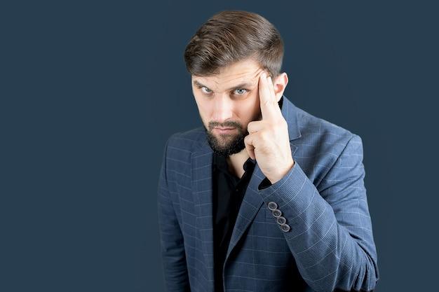 Un uomo d'affari in abito blu pensa