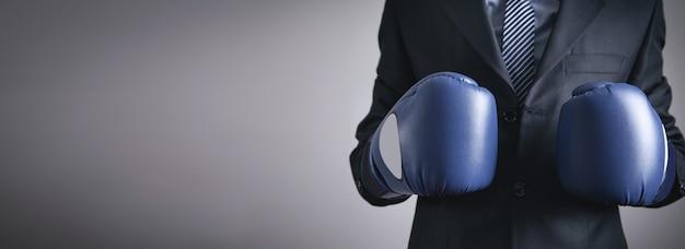 Uomo d'affari in guantoni da boxe. attività commerciale
