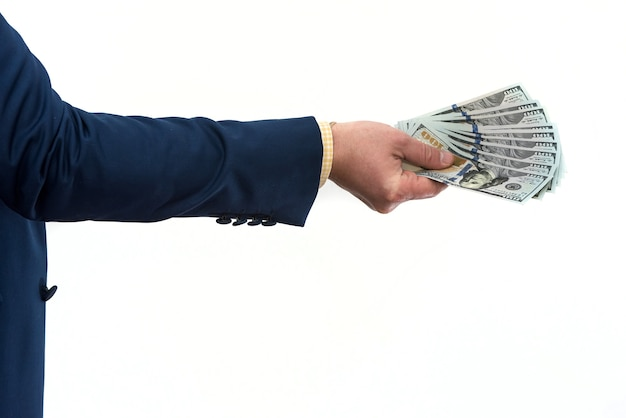 Uomo d'affari che acquista o affitta un prodotto o servizio, dando dollari, isolato su bianco. la mano maschile offre una tangente.